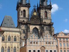 カレル橋から旧市街の中心、「旧市街広場」に向かう。 すぐに目に入ってくるのは「ティーン聖母教会」の2つの巨大な塔!