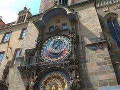 旧市庁舎の天文時計。15世紀のものだそうで、毎時丁度にからくり人形達がショーを繰り広げてくれます。