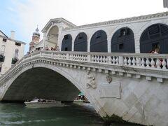 リアルト橋。橋の両端は階段状になっている。