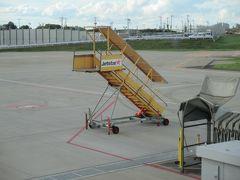 成田空港第3ターミナルです。この搭乗口から出発する予定ですが、機材の到着が遅れています。