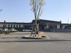 16時35分頃に和倉温泉駅に到着。ほとんどのお客さんが温泉街で降りてしまい、ここまで乗ったのは私含め2組だけでした。 駅前の閑散っぷりが切ないですね…。喫茶店っぽいお店はありますが、構内にも近隣にも観光客向けの売店・コンビニはありません。 やっぱり中心部は温泉街なんですね。   この場所で…  50分 の電車待ちです!(。>Д<)