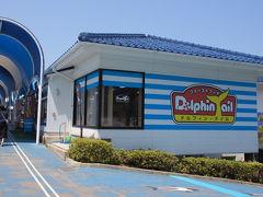 館内のラッコ館前にも小さな売店『ドルフィン・テイル』があります。フランクフルトやソフトクリームなど軽食やオヤツがメインですね。