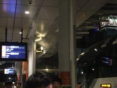 22:50バスタ新宿発 の高速バスで秋田へ向かう  たくさんの乗り場から10分おきにバスが出発していく  出発の15分程前には乗り場の列に並んでおくと安心