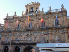 市庁舎は3つの鐘を持つ鐘楼を持ちファザードには美しい彫刻