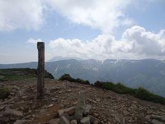 忠別岳(標高1963m)に登頂。 化雲岳~五色岳の稜線の向こうにトムラウシ山が見えました。