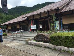 旅行雑誌によると石見銀山へはこちらの世界遺産センターからバスで行くのがベストとのこと。 駐車場は無料でした。