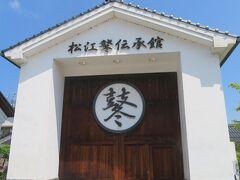 松江鼕伝承館 左横がガラス窓になっていて、中の鼕が見えるのですが、 なぜか、今日は、鼕が置いてなかった・・・