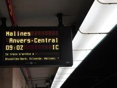 ブリュッセル中央駅からアントワープへ  またしてもフランス語の罠。ブリュッセルはフランス語なので駅の表示もフランス語。  これはメルヘン経由アントワープ中央駅行きの表示。  アントワープは英語読み。 英語:Antwerp 仏語:Anvers  事前に行きたい駅名のフランス語、オランダ語を確認しておきましょう。  2等の往復で14.8ユーロ