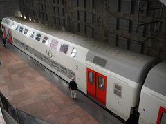 9時57分にアントワープ中央駅に到着。  駅がでかい。プラットホームも3層になっている。 ここは駅自体が美しいので有名。  アントワープ行きの列車はブルージュ行きと同じ2階建て。 この車両はたぶんカナダのボンバルディア製。窓ガラスにボンバルディアの表示があった。