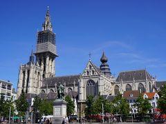 フルン広場のルーベンスの銅像と、ノートルダム大聖堂。  ノートルダム大聖堂は修復中。