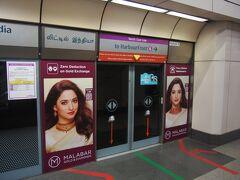 リトルインディアへ。駅の広告がインドっぽい。