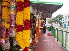 お供え物用でしょうか、花飾りも多く売っていました。