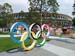 五輪のモニュメントとスタジアムが写せます次から次に観光客が訪れていました