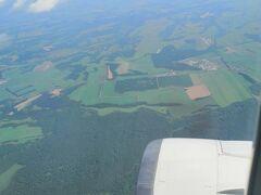 一時間半の空の旅。 曇りの予報が、晴れ。 緑の大地が広がり、テンションが上がります。