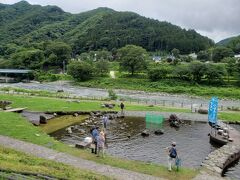 『道の駅 みなかみ水紀行館』で休憩 隣接の川沿いで、マスのつかみ取りをやってました。