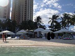 【写真:モーベンピックホテルのプライベートビーチ】  11:20 B.B.B(BODOS BAMBOO BAR)  ↓約110km 14:30 ホテル ガイドの食事が終わるのを待ち、B.B.Bレストランを出発。セブ市内の渋滞はさほどでもなく、3時間強でホテル着。 部屋に戻り再び水着に着替え、マイシュノーケルセットを持ってプライベートビーチへ…向かうはずでしたが、ちょうどロビーでチョコレートアワーが開催される時間でしたので、立ち寄っておやつタイム。焼きマシュマロがあって、スイカが2種類あって、ポップコーンがあって…メインのチョコ菓子(コーンフレークのチョコ掛け)がちょっと違うくらいで前日とあまり変わり映えしませんが、ありがたいサービスです。15分くらい堪能してから、いざビーチへ。 プールからビーチに向かう階段付近にビーチタオルの貸し出し所があるので、そこでビーチタオル(バスタオルサイズの青と白のボーダー柄)を人数分借りていきます。名簿に名前や部屋番号を書けば借りられて、もちろん無料。なお、敷地外への持ち出しは禁止なので、他のビーチやアイランドホッピングの際に持っていくことはできません。また、実は初日にこのビーチで日傘をなくしてしまったのですが、こちらのスタッフにその旨を話し、ダメ元で届いていないか確認したら、ちゃんとここに届いていました。モラル高いホテルで良かったです。 シュノーケルセットやダイビング機材の貸し出し所は、こちらの写真で言うと右奥の方にある小屋で行っており、こちらは有料。 屋外シャワーはその貸し出し所よりはやや左のホテル建物よりの場所で、不自然に椰子の木で囲まれてビーチからは見えないようになっているところの裏にあります。ホテル内にビーチの砂を持ち込まないよう、ビーチからウッドデッキに上がるところに数メートル置きに水が入った桶が置いてあるので、ひしゃくで水をすくって足を洗えるようになってはいますが、シャワーで頭からざっと海水や砂を流してから部屋に戻った方が、自室のシャワールームに砂を落とさずに済むので良いと思います。 パラソルとビーチベッド付きのスペース、パッと見はあまり数がなさそうでしたが、時間的なこともありいくつか空いていたので、そこにタオルを掛けて基地とし、いざ海へ。