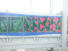 宮崎ブーゲンビリア空港に到着。ブーゲンビリア模様のボーディング・ブリッジ。