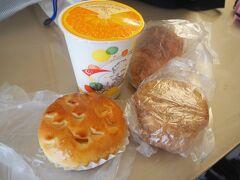 昨日買ったパンとオレンジジュースで朝食にしましたが… 興味本位で買ったドリアンパンが… ドリアン臭が強すぎて食べられない…