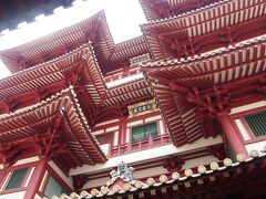新加坡佛牙寺龍華院という、立派な建物に行きました。 新しそうな、きれいな建物です。