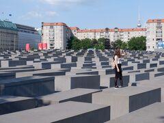 虐殺されたヨーロッパのユダヤ人のための記念碑。後ろ見見えるタワーはベルリンテレビ塔です。