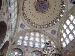 モスク内は明るく、色彩も赤やピンクが多く使われてなんとなく乙女チック イスラム教徒が祈りをささげています おそらくモスクの日常的な風景 しばし絨毯に正座し、静寂の中、祈りの空間に身を置いてみます