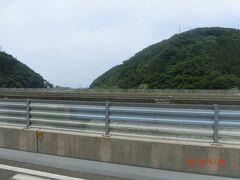 鉄道が見えたり隠れたりするようになりました。 日本海ひすいラインです。 新潟県の直江津から出ており、市振駅からは、 あいの風とやま鉄道になります。
