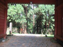 8月7日午後1時過ぎ。 羽黒山神域の入り口に建つ随神門を通って歩きます。