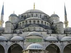 ランチのあとは歴史地区に戻ってブルーモスク見学です。  その前にガイドさんからの驚きの報告についてお話をしておきましょう。 ちょいイケメントルコ人のガイドさん おばあ様が亡くなられたということで、今からトルコ東部の地方都市に行かなければならなくなったそうです。 残念ですがランチ会場でお別れです。  そしてピンチヒッターで来られたガイドさん ガイドは6年ぶりとおっしゃっていました。 10時半ごろ、会社からオファーの電話連絡が来て、13時過ぎには私たちの前に立っていました。 急なお話だったのにありがとうございます!! 明日から約1週間、トルコ国内を連れて行ってもらいます。 あとからだんだんわかってきたことなのですが、このガイドさん すごいベテランさんで大成功をおさめた方なのでした。 このお話は後々行っていきます。