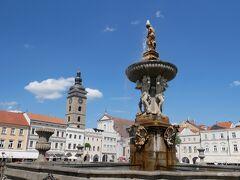 正方形の広場の真ん中には噴水があります。 めちゃめちゃ暑かったので水があるだけで気持ちが生き返ります。