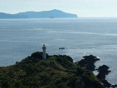 那久岬の先端に建つ、灯台。   この那久岬も、夕日鑑賞スポットらしいですね。 でも私はこれからローソク島遊覧船のツアーに参加するので、ここには長く滞在しませんでした。  私が那久岬を出発するくらいに、バスツアーの団体がやって来ました。 時間が重ならなくて良かった…!