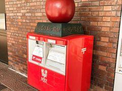 空港からシャトルバスで約1時間で弘前駅前に着きます。 駅前にはりんごポストがありました!さすが青森!