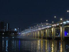 漢江クルーズです。このように橋から放水アーチを行ってくれます。船から見ても川のほとりから見てもきれいだと思います。
