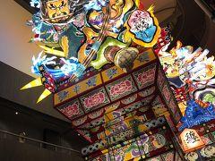 3日目はお昼には大阪に帰るので、午前中だけ観光に行きました。 五所川原にある立佞武多の館へ。 実際に使われる立佞武多が展示されていました!
