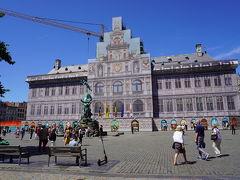 ルネッサンス建築の市庁舎は修復中。  左はブラボーの像。ブラボーはブラバントという地名の起源となった古代ローマ兵士の名前。