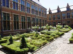 プランタン・モレトゥス博物館。  活版印刷の博物館。プランタン家とモレトゥス家の活版印刷の仕事場兼住居跡。 1605年にここからヨーロッパ発の活版印刷の新聞が発行され、19世紀まで印刷の仕事が行われていた。
