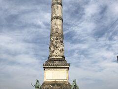 コングレ広場にあるコングレ記念塔1831年の憲法発布を記念にたてられたもので、塔の上には最初の国王であるレオポルド1世の像がたたずんでいます。 ここからブリュッセルの街並みが一望できます。