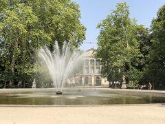 このブリュッセル公園の向こうにちらっと見えているのは国会議事堂。 国会議事堂かわ公園を挟んだ正面には王宮があります。