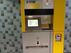 メトロで国の重要文化財となっているアンティークな街並みのコーヘルス・オジレイ通りに行く。 写真はメトロ切符の自動販売機。1日券が7ユーロ。なんと10ユーロ以下の現金しか使えない。硬貨は7ユーロ分持ってないし、紙幣は20ユーロしかもっていなかったので、駅売店で買い物してから切符を購入。