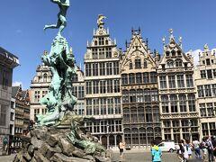グローテマルクトのベルギー市庁舎前のブラボーの噴水。 巨人の手を投げている様子のモニュメントになっています。 実は市庁舎もトップ写真のように現在修復中。 ただ、覆っている膜には市庁舎の写真が描かれているため外観は分かりやすいと思います。 ここの周りにあるのもギルドハウスになっています。
