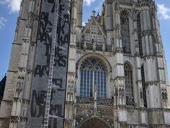 ネロとパトラッシュが最後に見たがっていた絵が飾られているノートルダム大聖堂。 ベルギーで一番大きなゴシック教会となっております。塔の高さは、123メートルあるので、ダイヤモンドや交易品を積んだ船がこの建物を目印に入港していたようです。 入場料は6ユーロ。ただ、冠婚葬祭で利用されることがあるので気を付けましょう。