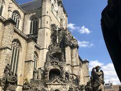 聖パウルス教会を入ったところで見られる石像が並んだところ。 もともとは13世紀にたてられたそうですが、度重なる火災に見舞われた結果17世紀にたてられた教会のみが残っているようです。