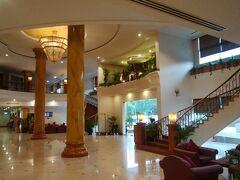汗だくで一旦ホテルに帰ってシャワーに入ってからディナーに行くことに。 ホテルはAngkor Century Hotelという少しシェムリアップ市街からは離れたところですが、良かったです。  かなり疲れていたので、シャワーの時間が有難かった! 体力回復です!