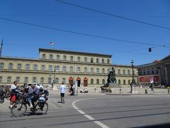 本日のお目当ての「レジデンツ」♪ バイエルン王家の王宮の内部が見られる、レジデンツ博物館です。 「宝物館」とのコンビチケット(1人、11ユーロ)を購入。