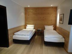 中央駅北口の向い側「イーデン ホテル ヴォルフ」に2泊します。 28㎡のスーペリアツイン、きれいなお部屋です。
