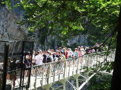 バスから降り、マリエン橋へのシャトルバス(1人 2.5ユーロ)に乗車。 渓谷にあるマリエン橋では、たくさんの観光客が順番待ち! 危ないので、人数制限をしています。