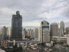早朝、Hotel部屋からNaNa駅方面を眺望。横の高速道路みたいなのが、BTS高架鉄道