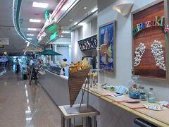 到着ロビーを出たところに宮崎マンゴーを使ったソフトクリームを売っているドリンクスタンドがあります。