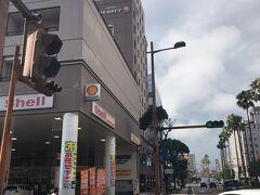 バスで30分くらいして今日宿泊するホテルJALCITY宮崎に到着です。  JR宮崎駅からは10分ちょっとありますが、バス停は「カリーノ宮崎前」で降りると徒歩2分くらいです。 ガソリンスタンドの隣りなのですぐ分かると思います。