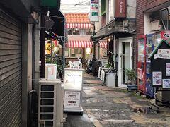 宮崎県庁からホテルの近くまで戻り、あらかじめチェックしていたチキン南蛮のお店に。  狭い路地の間にあるので通り過ぎてしまいそう。