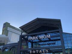 ブランチの後、LVのStrip界隈では最も新しく改装オープンしたPark MGMのカジノフロアを涼みがてら通過…お約束で「回しました」w 結果は14USD勝ち。今までのLV滞在中の経験からも、初回から勝つのは珍しい。今日以降は多分負けるでしょうw まあ程々に